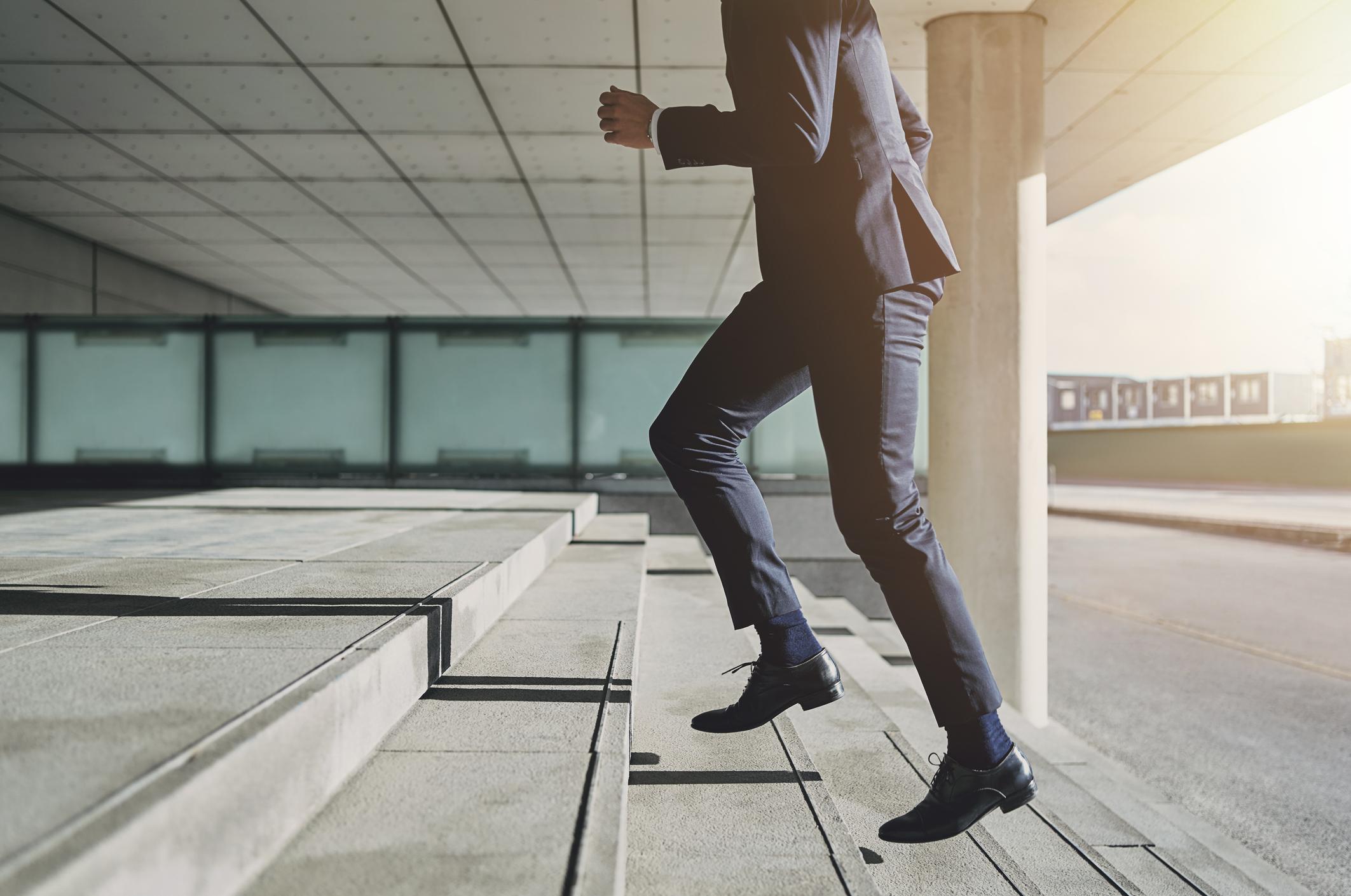 Business-Mann geht Treppe rauf